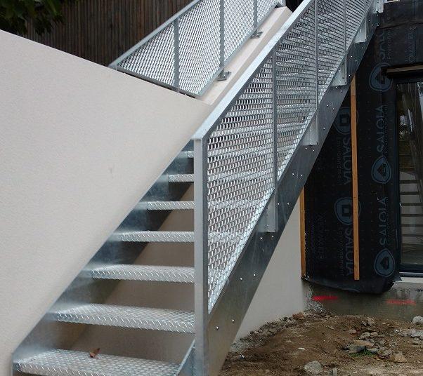Escalier extérieur garde-corps métal déployé